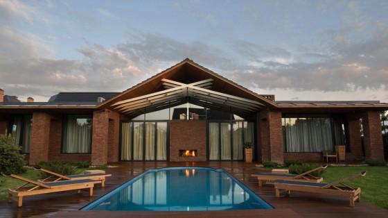 Fachada de casa de un piso con piscina