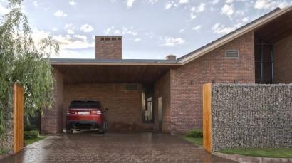 Garaje doble casa estilo rústica