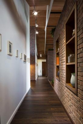 Pasadizo con pisos de madera