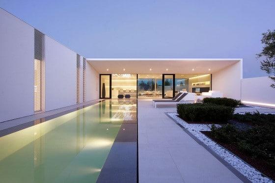 Hermosa fachada de casa moderna con espejo de agua