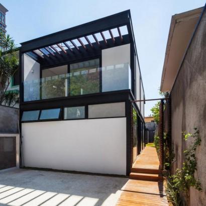 Fachada de casa angosta Foto Rafaela Netto Diseño CR2 Arquitectura