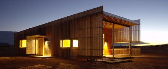 Fachada de casa con varillas de madera