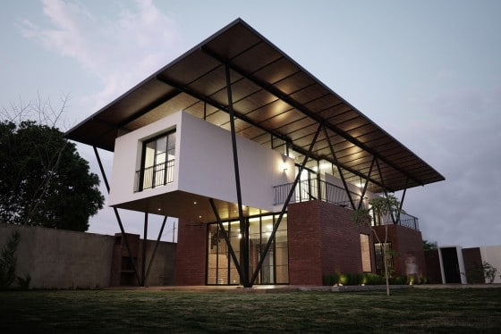 fachada de casa moderna con gran techo