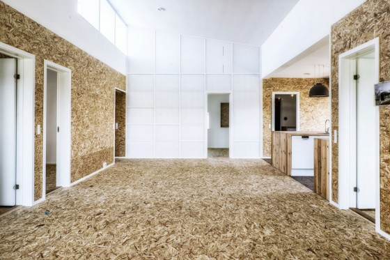 Diseño de casa con materiales reciclados y paneles OSB