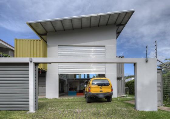 Fachada de casa construida con contenedores