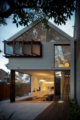 Fachada de casa de dos plantas abierta