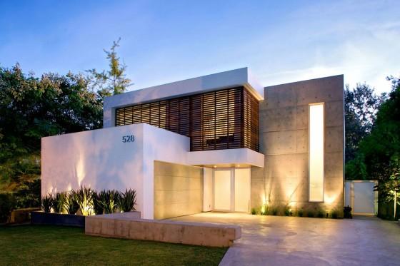Fachada de casa modernas de dos pisos con hormigón y madera