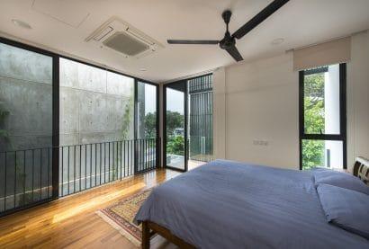 Diseño de dormitorio con tres ventanas
