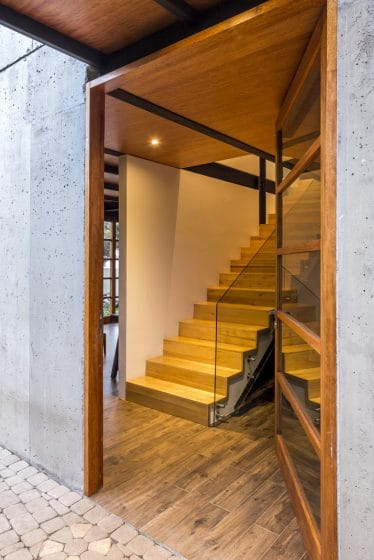 Diseño de escaleras de madera con pasamanos de vidrio