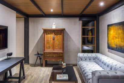 Diseño de sala sencilla paredes de hormigón y techos de madera