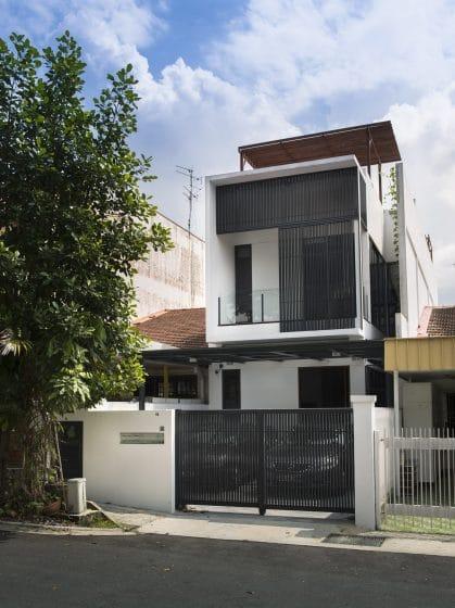 Fachada angosta casa de dos pisos moderna
