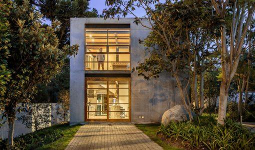 Fachada de concreto de pequeña casa