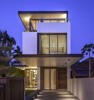 Fachada de la moderna casa con frente angosto