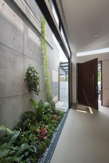 Tragaluz lateral de casa de dos pisos
