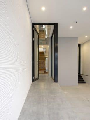 Diseño de accesos a casa angosta