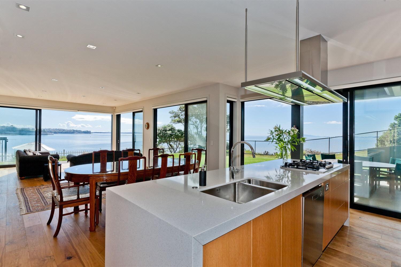 Dise o casa moderna dos piso madera metal construye hogar for Comedor y cocina modernos