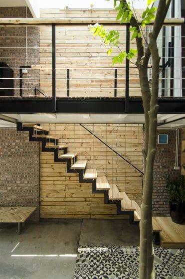 Diseño de escaleras de acero y peldaños de madera