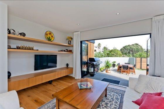 Diseño de sala con salida a terraza exterior