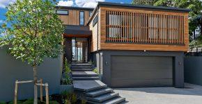 diseo de casa moderna de dos pisos utilizacin de madera y metal en fachada e interiores iluminados