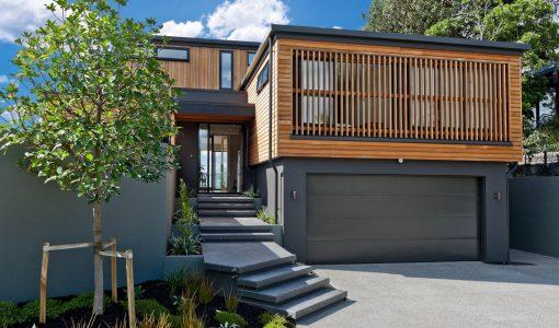 Fachada casa moderna dos pisos de madera y hormigón