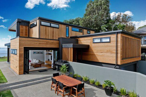 Fachada de casa de madera con metal