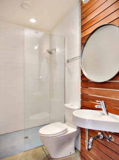 Cuarto de baño pequeño con madera