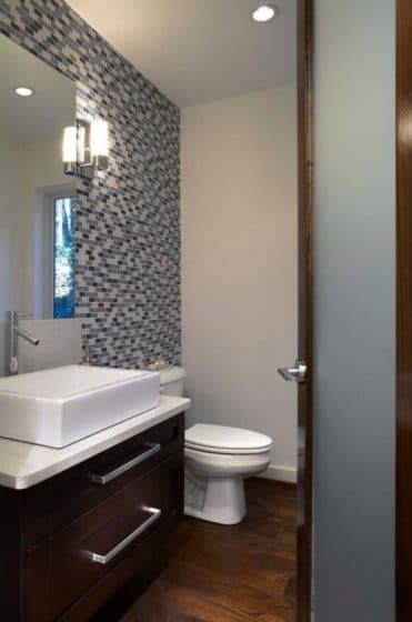 Cuarto de baño pequeño con azulejos pequeños tonos gris