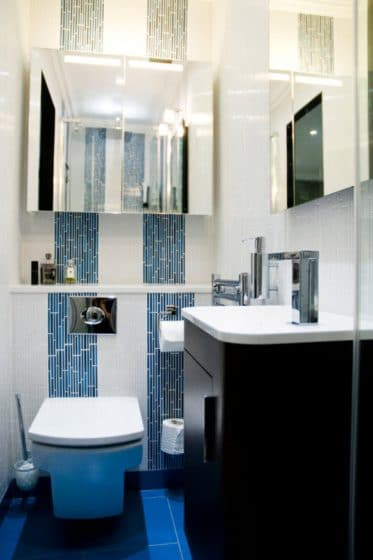Cuarto de baño pequeño y moderno azul y negro