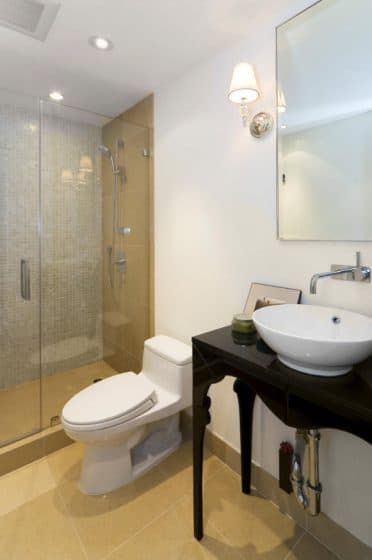 Cuarto de baño pequeño y elegante