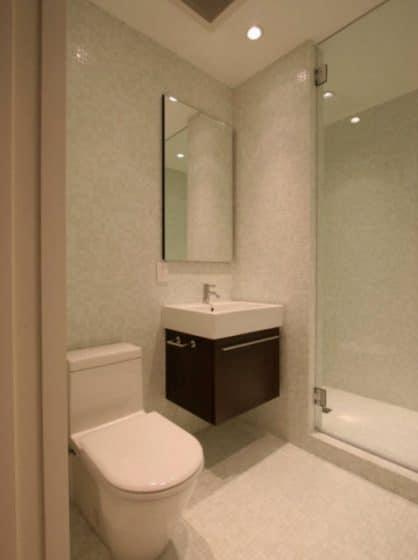 Cuarto de baño pequeño y moderno