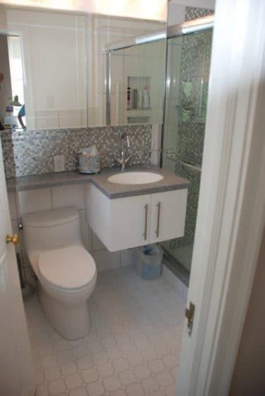 Cuarto de baño pequeño y práctico