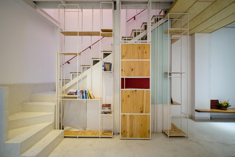 Casa econ mica moderna de 50 metros cuadrados construye for Escaleras con medio bano