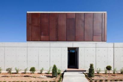fachada-de-concreto-y-acero-corten
