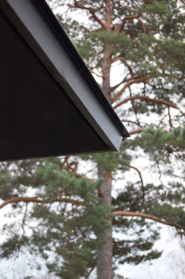 Detalle de alero de techo de construcción rural