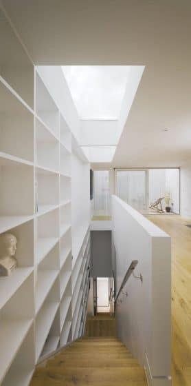 Diseño de escaleras angostas con estantes