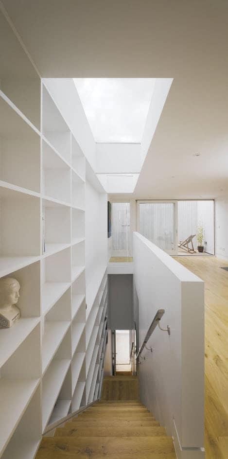 Escaleras angostas con estanter a construye hogar - Estanteria escalera casa ...
