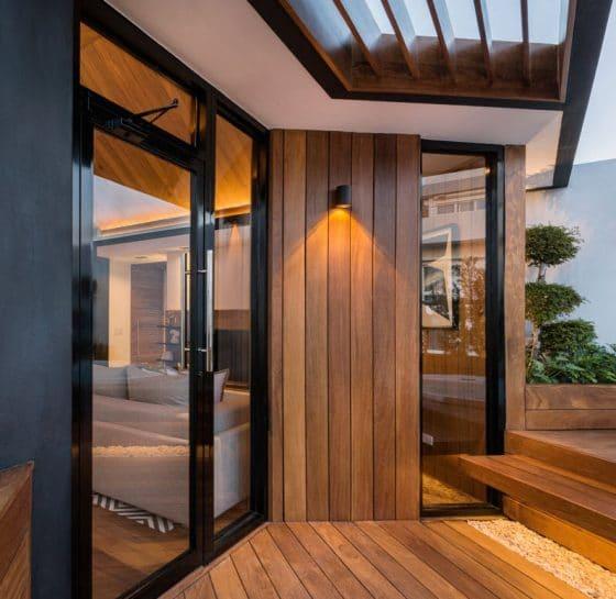Detalles de madera en ingreso a terraza