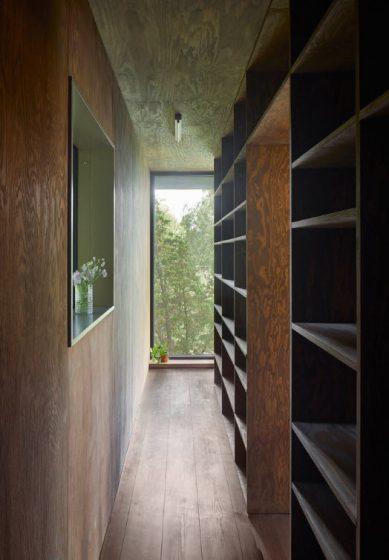 Pasadizo con estantería de madera