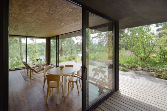 Grandes ventanas en sala comedor de casa de campo