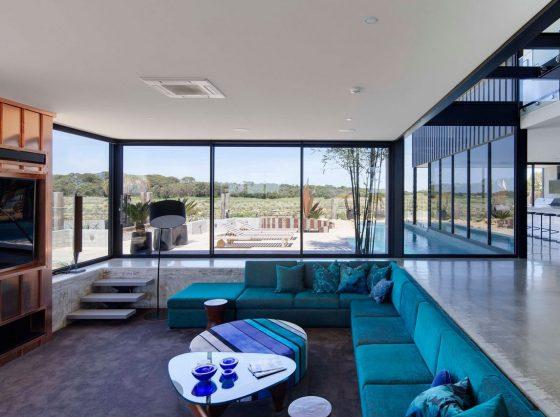 Diseño de sala moderna con grandes ventanas