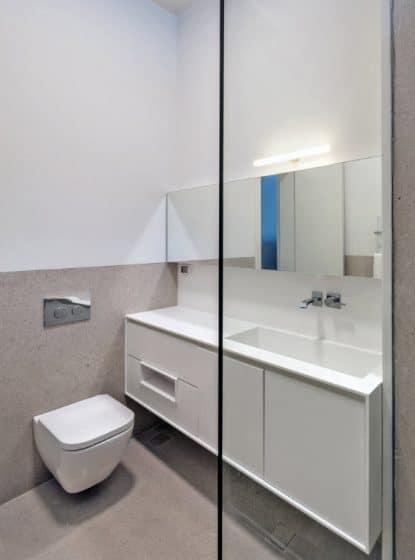 Diseño de cuarto de baño sencillo color blanco