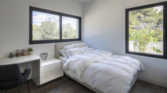 Diseño de dormitorio bien iluminado naturalmente