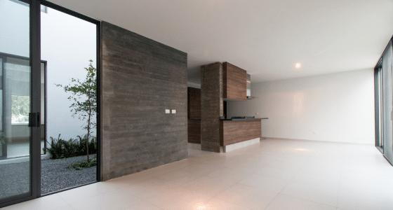 Diseño de amplia sala con cocina moderna