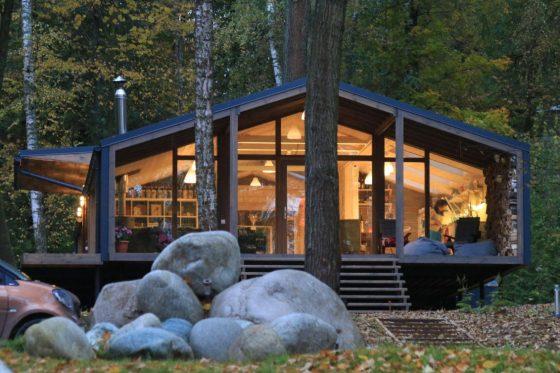 Fachada de casa de campo construida de madera