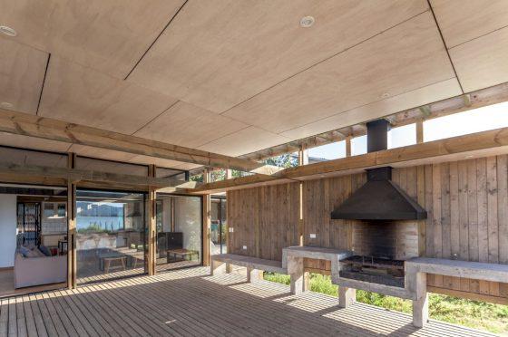 Diseño de terraza madera cubierta casa campo