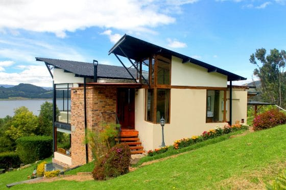 Hermosa fachada casa de campo techo inclinados