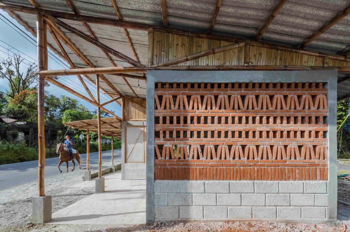 Casa de campo peque a bamb ladrillo y hormig n for Adobe construction cost