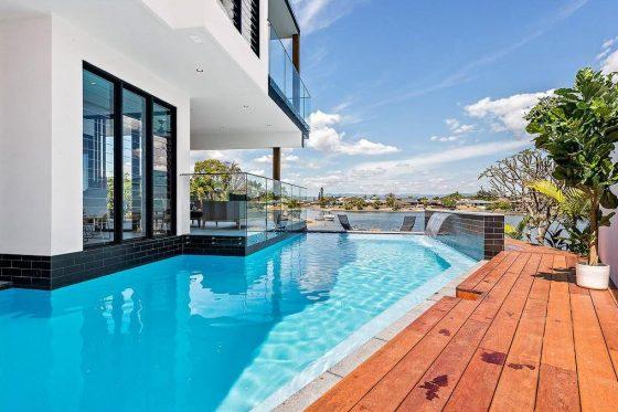 Casa moderna dos pisos con piscina
