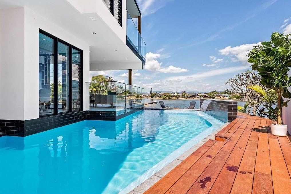 Dise o casa moderna dos pisos con piscina construye hogar for Imagenes de albercas modernas