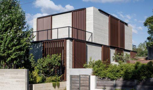 casa moderna y segura de dos pisos estructura de concreto basada en sencillas formas